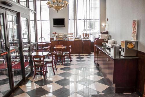 A restaurant or other place to eat at Quality Inn Long Island City - Queensboro Bridge