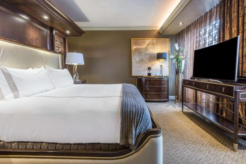 A bed or beds in a room at Curtiss Hotel, Ascend Hotel Collection