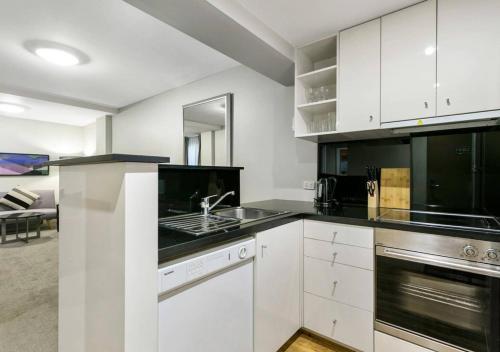 A kitchen or kitchenette at Walk to the MCG, The Tan, Botanic gardens & train
