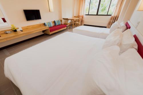 Кровать или кровати в номере Rayong Resort Hotel