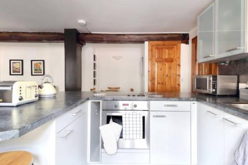 A kitchen or kitchenette at The Cooperage Apartment No 6, The Shore