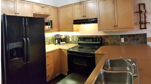 A kitchen or kitchenette at Downtown Loft, Mountain Views, Fireplace, Couple's Retreat, Walker's Paradise