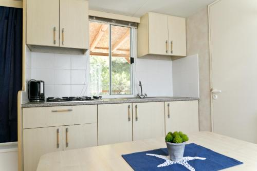 A kitchen or kitchenette at Mobilehome Primošten | Camp Adriatic