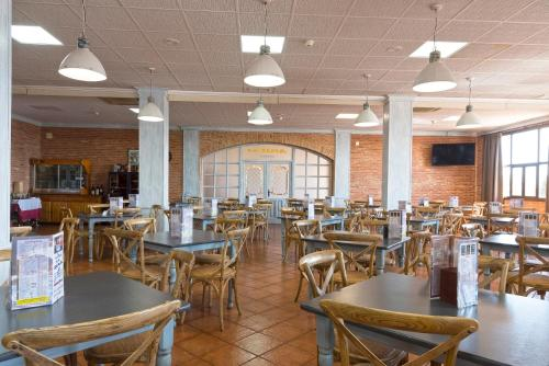 A restaurant or other place to eat at Hotel-Restaurante La Sima