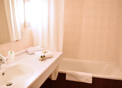 A bathroom at Hôtel de l'Abbaye des Prémontrés