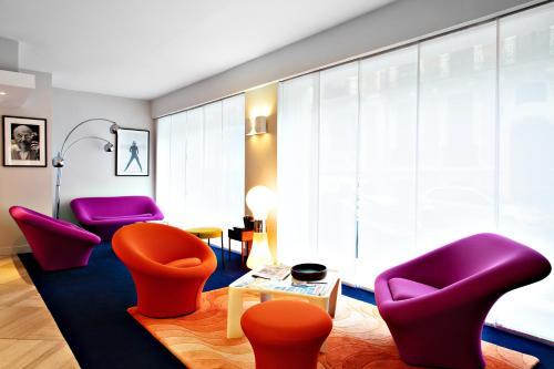Ein Sitzbereich in der Unterkunft Logis Hôtel La Caravelle