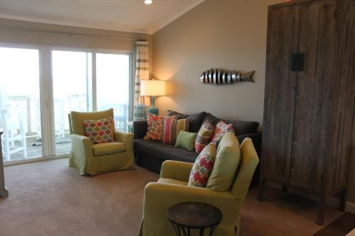 A seating area at E10 - Amazing View from this Upscale Condo