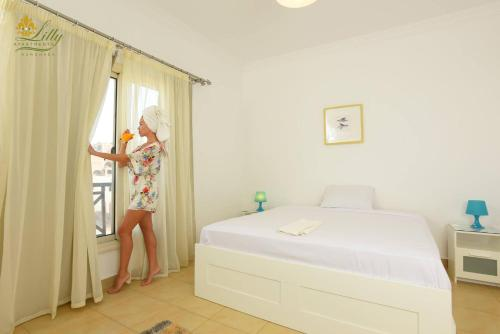 سرير أو أسرّة في غرفة في Lilly Apartments
