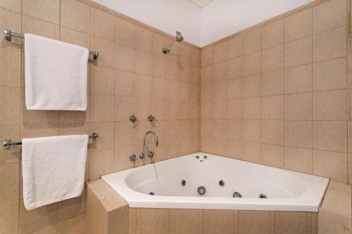 A bathroom at Catalina - Port Douglas