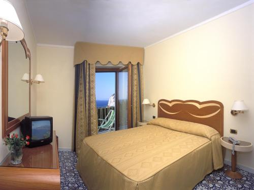 A bed or beds in a room at Hotel Albatros