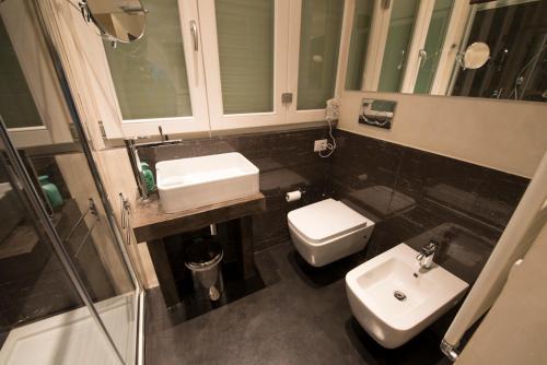 A bathroom at B&B Lounge