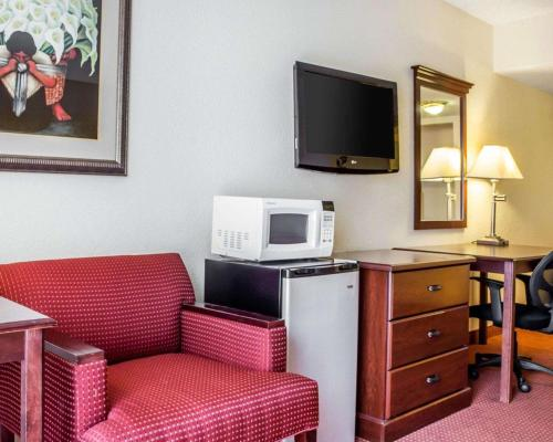 A television and/or entertainment center at Quality Hotel Americana Nogales