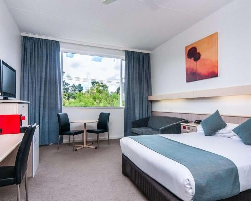 A bed or beds in a room at Comfort Inn Regal Park, North Adelaide