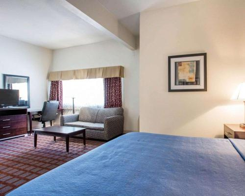 A bed or beds in a room at Quality Inn near Mammoth Mountain Ski Resort