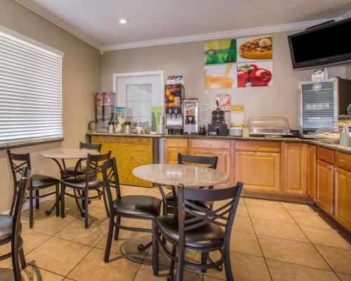 A restaurant or other place to eat at Quality Inn Santa Cruz