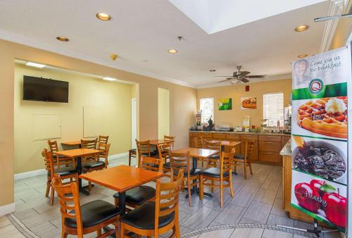 A restaurant or other place to eat at Quality Inn Fresno Airport