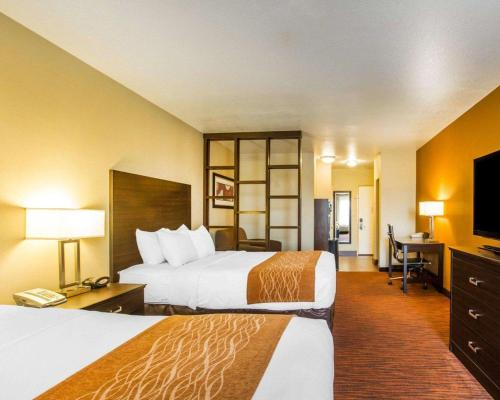 A bed or beds in a room at Comfort Suites Clovis