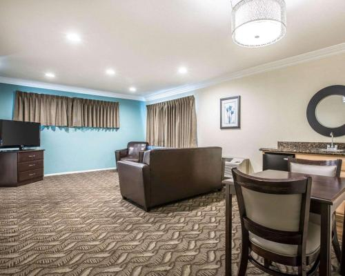 A seating area at Rodeway Inn & Suites