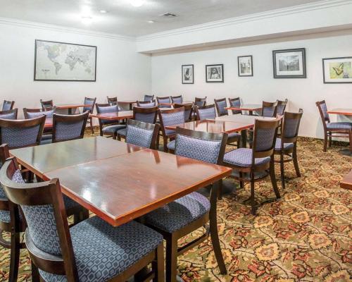 Ein Restaurant oder anderes Speiselokal in der Unterkunft Quality Inn Yosemite Valley Gateway