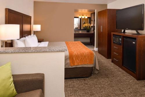 A bed or beds in a room at Comfort Inn & Suites Rancho Cordova-Sacramento