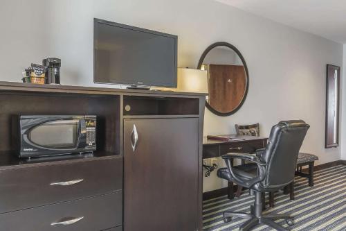 Телевизор и/или развлекательный центр в Comfort Inn & Suites Moose Jaw