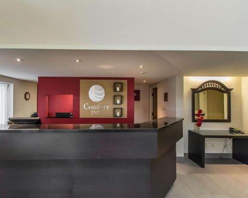 Лобби или стойка регистрации в Comfort Inn Val D'Or