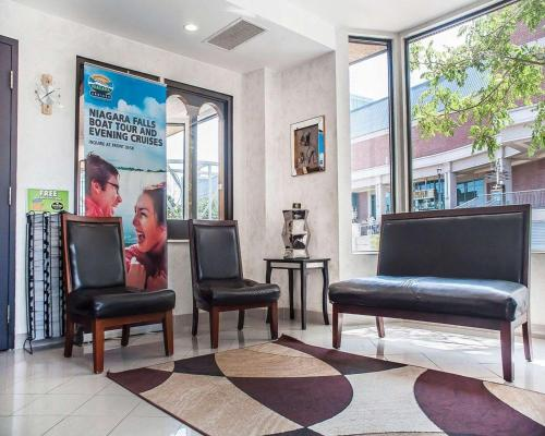 The lobby or reception area at Quality Hotel Fallsview Cascade