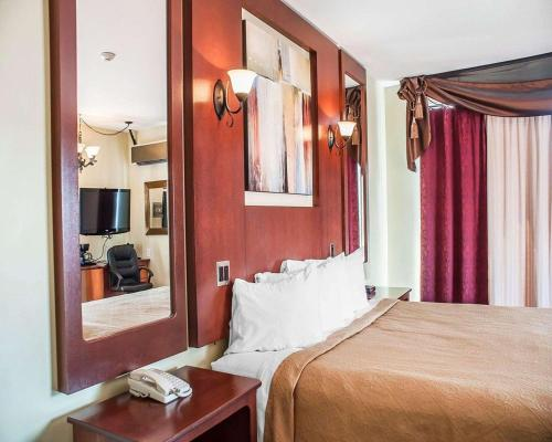 A bed or beds in a room at Quality Hotel Fallsview Cascade