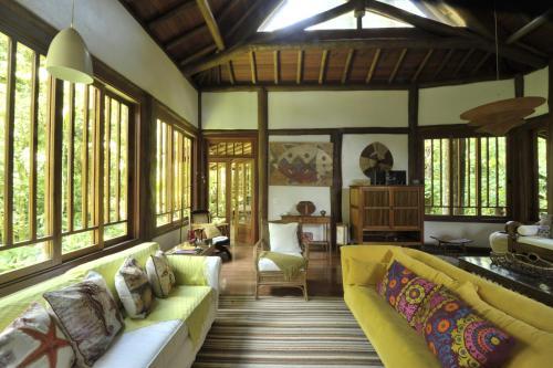Uma área de estar em Casa Sertão de Camburi