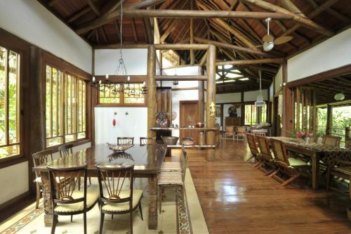 O lounge ou bar de Casa Sertão de Camburi