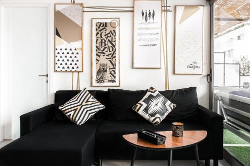 Een zitgedeelte bij The Athenians Modern Apartments