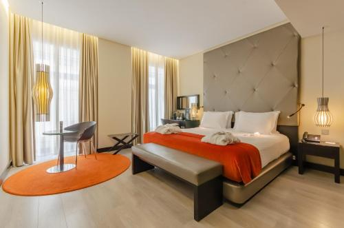 A bed or beds in a room at Hotel Santa Justa