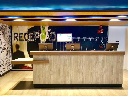 The lobby or reception area at Ibis Budget Petropolis