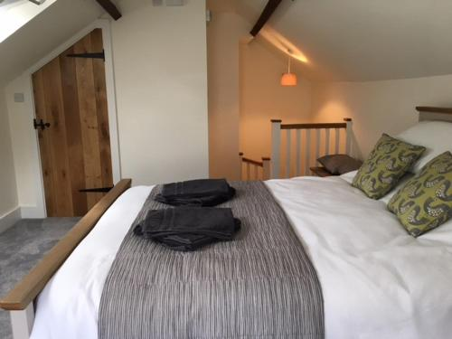 A bed or beds in a room at The Cricketers Arms