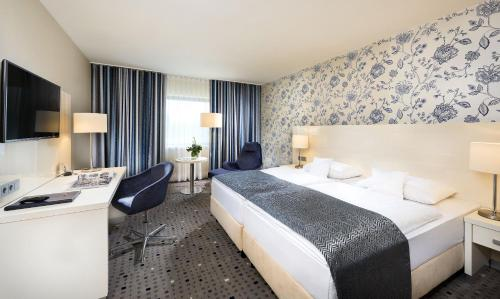 A bed or beds in a room at Maritim Hotel Bonn