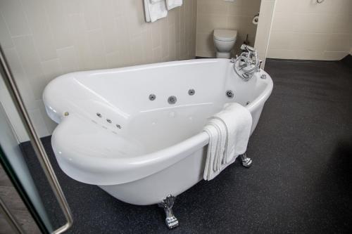 Een badkamer bij Watertorenhotel Nes