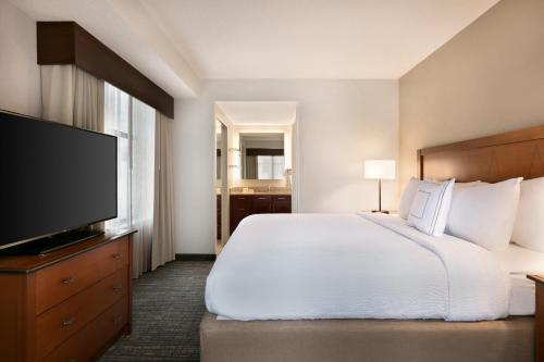 A bed or beds in a room at Residence Inn by Marriott Baltimore Downtown/ Inner Harbor