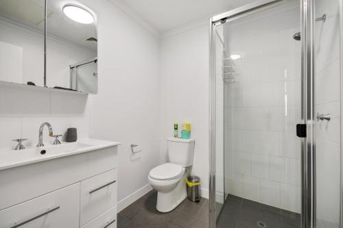 A bathroom at Swainson on Synagogue