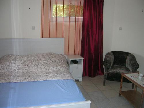 A bed or beds in a room at Csalintos Apartman