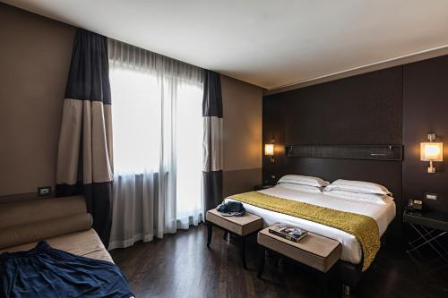 A bed or beds in a room at Rome Times Hotel