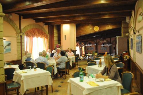 Ein Restaurant oder anderes Speiselokal in der Unterkunft Hotel Grillo Verde
