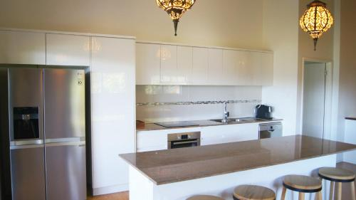 A kitchen or kitchenette at Cumberland Holiday Home - Holiday Home