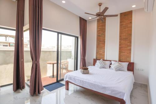 A bed or beds in a room at Siemreap City Residence