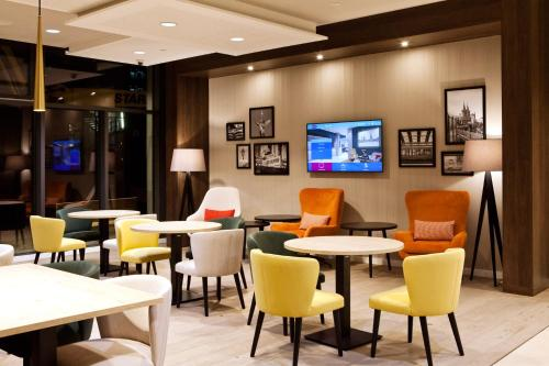 The lounge or bar area at Hampton By Hilton Berlin City East Side Gallery
