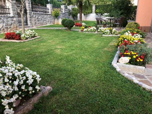 A garden outside Apartments Villa Učka