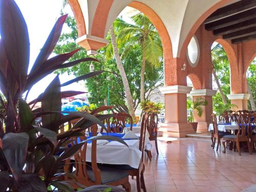 A restaurant or other place to eat at Canadian Resort Huatulco