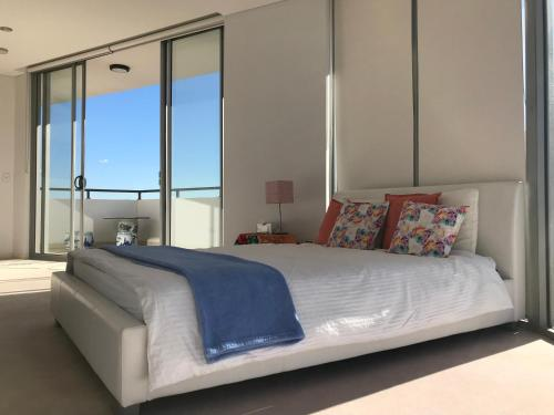 A bed or beds in a room at Luxury Ocean Penthouse