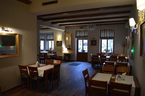 A restaurant or other place to eat at Apartament Stara Kamienica