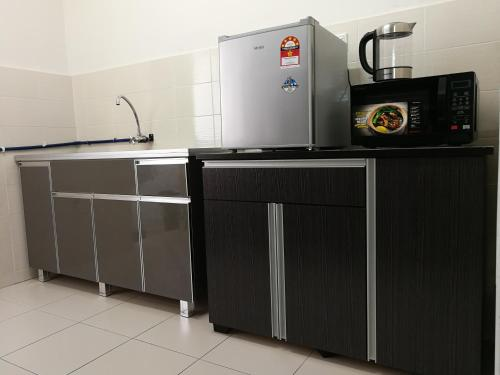 A kitchen or kitchenette at #3B2R# WIFI Cozy Apt Opp. #SPICE HomeStay