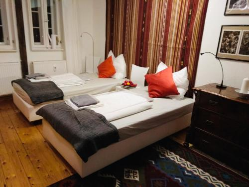 A bed or beds in a room at Ferienwohnung Hakenbuden